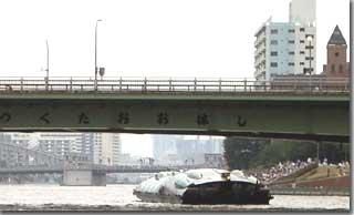 かちどき橋方面に去りゆくヒミコ photo by PENTAX OptioS