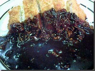 キッチン南海のカツカレー(普通盛り)ゆげで,ちょっとぼけちゃってるな。 photo by PEG-TH55