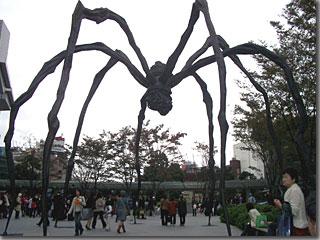 六本木ヒルズ内の巨大なクモのオブジェ「ママン」 photo by OptioS