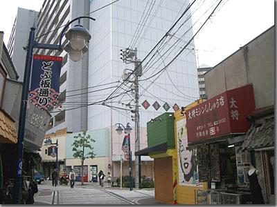 横須賀・ドブイタ通り 大将ミシンししゅう店 刺繍経験「53」年とある。毎年数字を張り替えているんだろうなぁ。仕事に対する意気込みが感じられて素晴らしい。 photo by OptioS