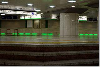 夜中の東京駅の新幹線切符売り場 photo by *istD 焦点距離45mm F値F/4 露出1/45秒