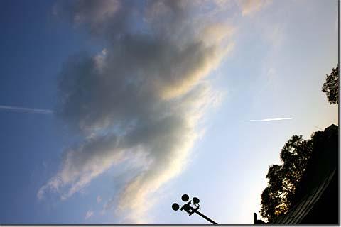 突き抜ける飛行機雲 photo by *istD