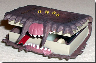 予約特典の,暴れまわってハリーに噛みつくところだった「怪物的な怪物の本」 のプルバック・トイ photo by OptioS