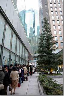 「ハウル」のイベントに入るための行列 photo by *istD