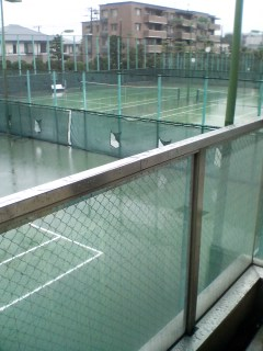 雨のテニスコート